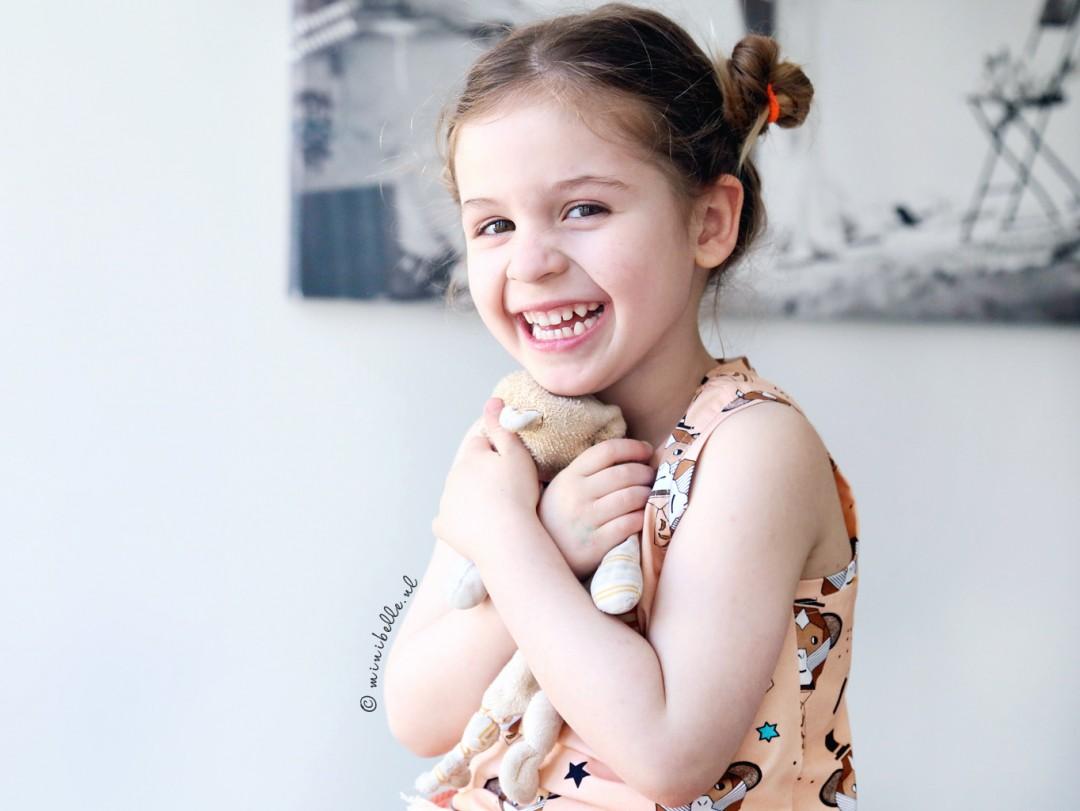 De outfit van Belle: trendy kleur en vrolijke prints!