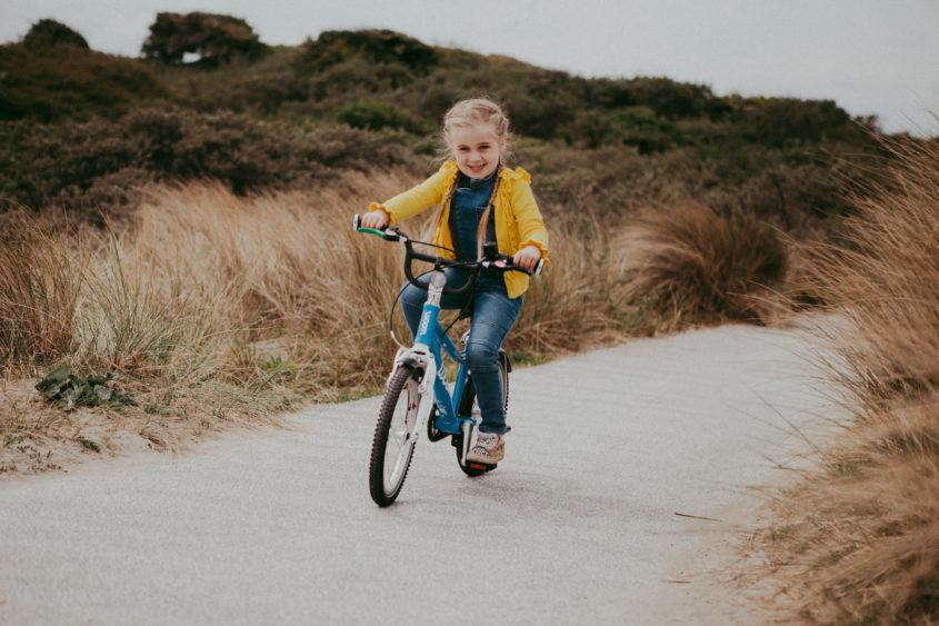 Woom, woom door de stad, het bos en de duinen! De ideale kinderfiets…
